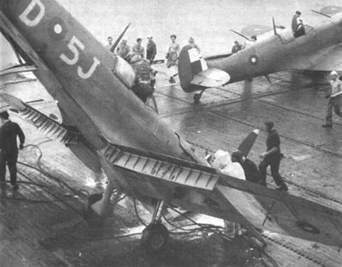 При посадке на палубу авианосца «Хантер» встал на нос «Сифайр» L III (PR171/D5-J) из 807-й эскадрильи, Малаккский пролив, май 1945г. Обратите внимание на опознавательные знаки — уменьшенные в диаметре кокарды. Лишенные центрального круга красного цвета. На крылья нанесены белые идентификационные полосы театра военных действий.
