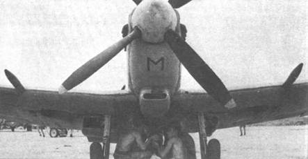 В марте 1945г. «Сифайры» 807-й и 809-й эскадрили базировались на Цейлоне, на аэродроме Катокурунда. Отсюда летчики эскадрилий летали на боевые задания совместно с пилотами «Спитфайров» Дальневосточных ВВС, перенимая опыт воздушной войны над джунглями. На снимке — оружейники подвешивают 250-фунтовую бомбу на подфюзеляжный узел «Сифайра» FRIII.