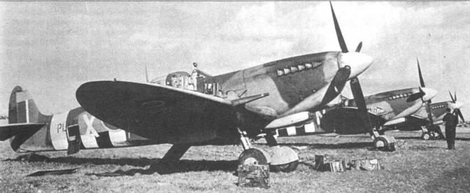 Патронные коробки лежат возле «Спитфайра» Mk IX. Эскадрильи «Свободной Франции» были переведены в Европу из Тангмира в августе 1944г. Ближайший к нам самолет — с кодом PL 141.