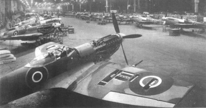 «Спитфайры XVI» в конечной стадии монтажа, завод в Касл-Бромвич. На снимке отлично видно крыло «тип Е», которое конструктивно мало отличалось от «типа С». Хотя 7,7-мм пулеметы в это крыло не ставили, соответствующие отсеки сохранились, включая даже не нужные в данном случае люки.
