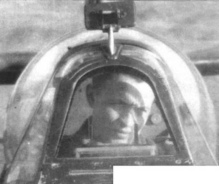 Лейтенант Михал Цвынар в кабине своего «Спитфайра IX». Хорошо виден фонарь, щель антиобледенителя под лобовым бронестеклом, а также выпуклая крышка фонаря (Малколм). До появления такой крышки использовались крышки с выпуклым верхом и плоскими боками. Зеркало заднего вида старого типа без обтекателя.