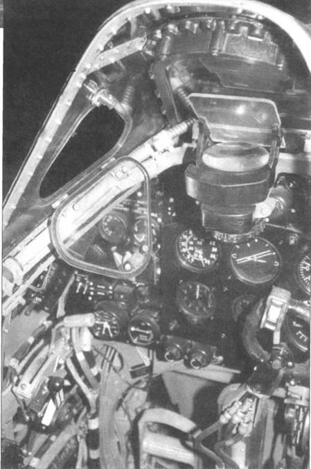 Интерьер кабины «Спитфайра VII» раннего выпуска. Хорошо виден коллиматорный прицел, стоявший на «Спитфайрах» на протяжении всей войны. На высотных истребителях с гермокабиной крышка фонаря накладывалась сверху перед вылетом, а не сдвигалась назад (т.е. в полете фонарь нельзя было открыть), поэтому в ветровом стекле сделана небольшая форточка.