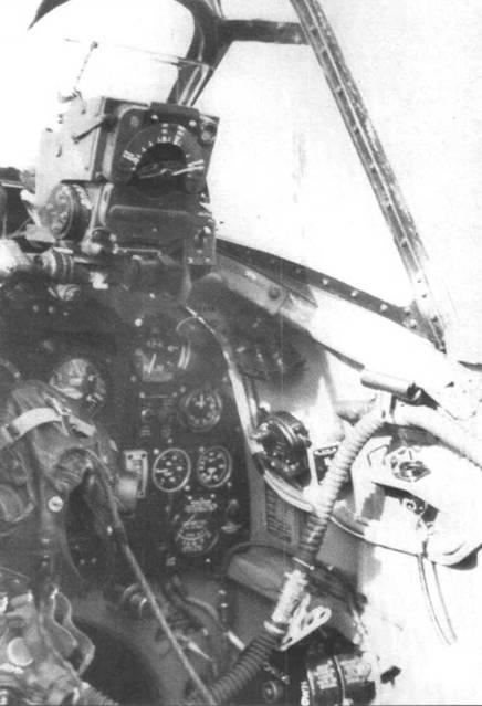 Интерьер кабины «Спитфайра IX» позднего выпуска. Самолет оснащен гироскопическим прицелом.
