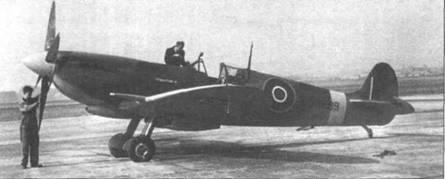 «Спитфайр» Mk IX (RK889) внешне почти идентичен «Спитфайру» Mk VIII. Основные отличия — крыло типа «е» с элеронами нормальной хорды и неубираемая хвостовая опора шасси.