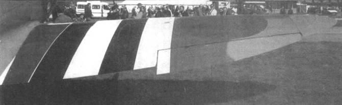 Правое крыло «тип С» нормального размаха. Виден отклоненный вниз элерон.