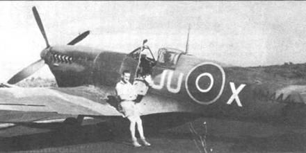 Флайт-офицер А.Ф. Лэйн позирует у своего «Спитфайра» MkIXМ Н444 из 111-й эскадрильи, Ларго, Италия, март 1944г.
