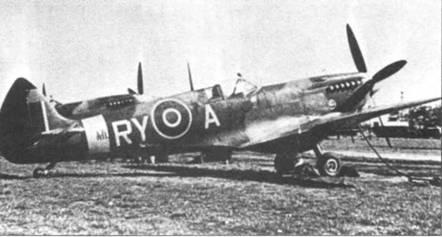 «RY-А» — «Спитфайр» Mk IX из 313-го «чешской» эскадрильи, Мендельсхэйм, весна 1944г. Машина поздней постройки — руль направления остроконечный. Ниже выхлопных патрубков видно изображение кокарды Чехии. Под фюзеляжем установлен конформный топливный бак.