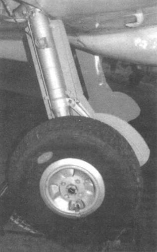 Шасси «Сифайра ХУЛ». Видны характерные «затупленные» щитки, которые не цеплялись за тросы аэрофинишера. На нижней стороне крыла видно крепление для катапульты