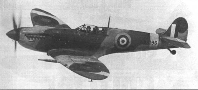 «Спитфайр» АВ196 начал свою карьеру как Mk. VC, затем получил двигатель «Мерлин 61» и стал Mk.IX. Модификация Mk.IX была самой многочисленной из всех модификаций истребителя. Это самолет вооружен четырьмя 20-мм пушками (такая схема редко встречалась на Mk.IX, хотя была обычной на Mk. VC). Снимок сделан во время испытаний. Видны старые кокарды «тип А», уже не встречавшиеся на Mk.IX. Позднее самолет летал в составе польских 303-й и 308-й эскадрилий.