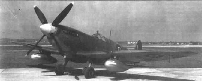 «Спитфайр IX» (MK2I0) на аэродроме Райт-Филд (в настоящее время база ВВС США Райт-Паттерсон), штат Огайо, США, май 1944 года. Самолет испытывался с двумя подвесными баками объемом по 282 л, 195-литровым баком в хвостовой части фюзеляжа, а также мягкими 75-литровыми баками в передней камере крыла. В результате самолет брал 1295 л бензина, то есть на 4 л больше, чем брали «Спитфайры» для перегона из Гибралтара на Мальту. При этом самолет сохранял полное вооружение. В начале лета 1944 года этот самолет перелетел через Атлантический океан (с промежуточной посадкой в Исландии), и приступил к дальнейшим испытаниям в Боском-Даун. Обратите внимание на небольшие втулки Вентури под подвесными баками, которые обеспечивали нагнетание воздуха внутри баков.