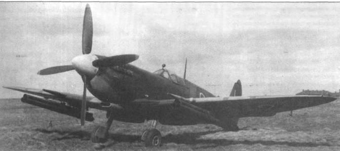 «Спитфайр IX» (МН477) служил для испытаний американских трехтрубных ракетных установок. Это вооружение англичане никогда не использовали на фронте.