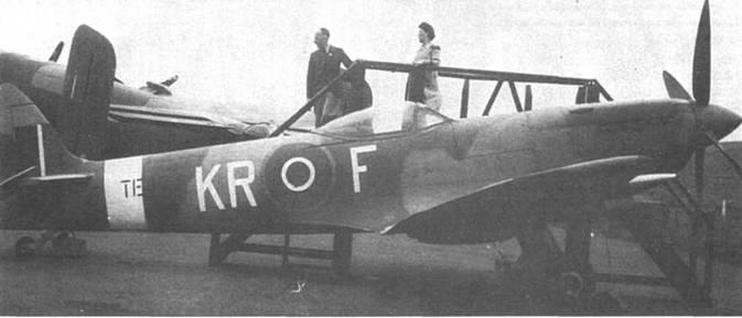Все еще служит… Бельгийский ТЕ2 74 сменил бортовой код, теперь истребитель принадлежит 61-му тренировочному отряду. На заднем плане — «Галифакс». К хвостовой опоре привязан груз — мера предосторожности на случай сильного ветра, способного опрокинуть самолет. Скорее всего фото сделано на аэродроме британских бомбардировщиков в Линкольншире или Йоркшире.