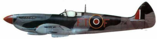 «Спитфайр VIII» (MT714/FT@F), 43-я эскадрилья. Раматюэль, юг Франции, август 1944 года. Самолет в типичном европейском камуфляже, но с особенностями прежних Desert Air Force. Полосу светло-голубого цвета (Sky) на хвостовой части фюзеляжа закрасили одним из цветов камуфляжа Цвет кока винта указывает на звено… Обычай обозначать звенья цветом кока винта 43-й эскадрилья переняла у 145-й эскадрильи, откуда часто nepеводились летчики.