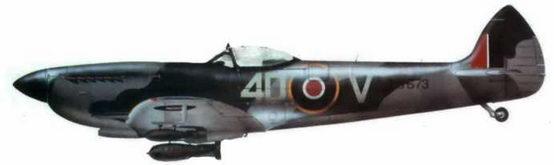 «Спитфайр XVI» (TB673/4D@V). 74-я эскадрилья. Дропе (В. 105), Германия, апрель 1945 года. В соответствии с правилами, принятыми во 2-м воздушном флоте в 1945 году полосу голубого цвета на хвостовой части фюзеляжа закрасили, а кок винта перекрасили в черный цвет. Самолет несет 500-фунтовую бомбу под фюзеляжем и две 250-фунтовые под крыльями.