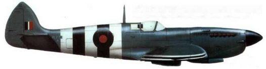 «Спитфайр XI» (PL775/@A), 541-я эскадрилья фотографической разведки. Бенсон. июнь 1944 года. Типичный камуфляж фоторазведчиков. Самолет целиком выкрашен в синий цвет (PRU Blue) и имеет полные «полосы вторжения».