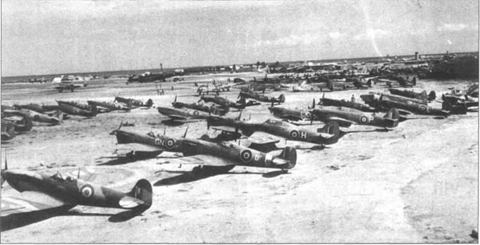 В ноябре 1944г. на этой базе союзников в южной Италии собралась настоящая коллекция разномастных самолетов. Здесь истребители из, как минимум, пяти вооруженных «Спитфайрами» эскадрилий. Слева — «Спитфайр» Mk Vc (LZ836/SW-D) из 253-й эскадрильи, еще один Mk Vc из этой ж эскадрильи соседствует с Mk IX из 73-й эскадрильи. Также можно различить Mk IX (LK-W) и два Mk Vc из 87-й эскадрильи, Mk VIII (AN-B) из 417-й эскадрильи и Mk Vc из 249-й эскадрильи (предположительно JL346/GL-F). Крайний слева — Mk V (серийный номер EP6S?) с двигателем «Мерлин-61» в окраске и маркировке знаков союзных ВВС Италии. Необычны белые полосы поперек верхних поверхностей <a href='https://arsenal-info.ru/b/book/861093852/34' target='_self'>консолей крыла</a> истребителя.