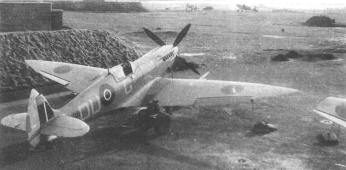 «Спитфайр VII» (MD114), 312-я чехословацкая эскадрилья, Скибри, февраль 1944 года. Видны характерные детали данной модификации: воздухозаборник компрессора гермокабины под выхлопными патрубками, фонарь типа «Нобель», остроконечные законцовки крыльев.