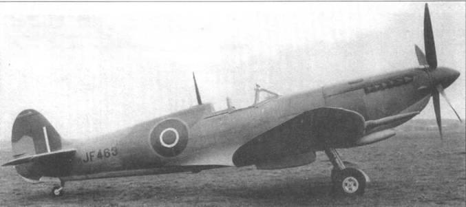 JF463, один из ранних «Спитфайров VIII». Все самолеты этой модификации имели усовершенствованный воздушный фильтр, позднее применявшийся на Мк. IХ, XVI и PR.XI. Хорошо видно убирающееся хвостовое колесо, по которому легко отличить Mk. VIII от Mk.IX.