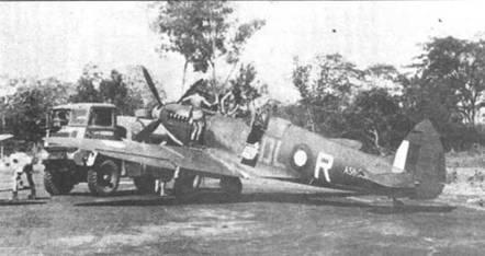 Заправка бензином истребителя «Спитфайр» Mk VIII из 54-й эскадрильи, Дарвин, Северные территории, 1944г. Литеры бортовых кодов на самолетах 54-й эскадрильи наносились белой краской.