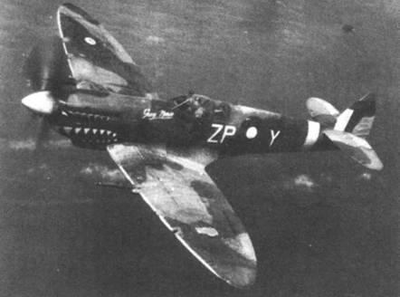 Одна из классических фотографий «Спитфайра» — Mk VIII A58-672 командира 457-й эскадрильи RAAF уинг-коммендера Глена Купера в полете над побережьем Моротай, 1945г. Украшенные акульими пастями «Спитфайрами» из 457-й эскадрильи нельзя спутать с самолетами других эскадрилий.