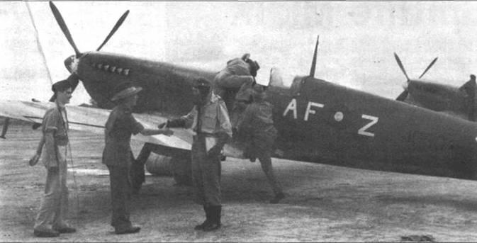 607-я эскадрилья (County of Durham) прибыла в Индию в мае 1942г. и стала первой британской эскадрильей на индийском театре военных действий, получившей в сентябре «Спитфайры» Mk V. «Спитфайры» Мк VIII поступили в эскадрилью в марте 1944г. На них эскадрилья завершила войну. 19 августа 1945г. эскадрилья была расформирована на аэродроме Мингэлэдон. На снимке — вицемаршал С.А. Бучир посетил эскадрилью с внезапным визитом. Вице-маршал поздравляет флайт-лейтенанта Д.И. Николсона.