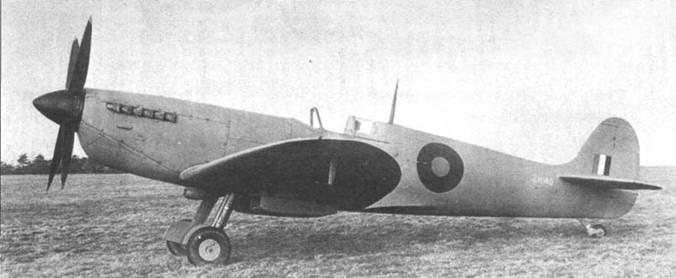 Фоторазведчик PR Mk XI разработан на базе истребителя «Спитфайр» Mk IX. На разведчики не устанавливалось вооружение и бронестекло козырька кабины. Увеличен объем нижней части капота — здесь установлен маслобак повышенной емкости.