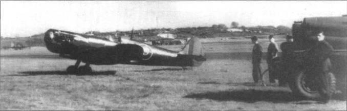 «Спитфайр XI» командира эскадрильи Мартиндейла, Фарнборо, 27 апреля 1944 года. В полете самолет в пикировании разогнался до 960км/ч, после чего потерял винт. Блеск на фюзеляже вызван разлившимся маслом.
