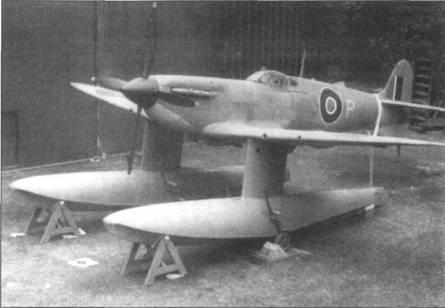 Первый поплавковый гидроплан «Спитфайр V» (W3760) перед началом испытаний. Самолет еще имеет стандартный воздухозаборник карбюратора. Обратите внимание на четырехлопастный винт большого диаметра.