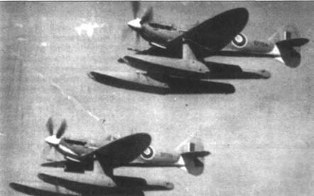 Два поплавковых «Спитфайра V» (ЕР751 и ЕР754) во время учебных полетов над Большим Горьким озером, Египет, конец 1943 года.