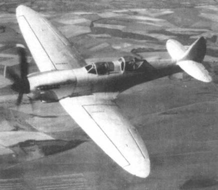 Выкрашенный в желтый цвет двухместный «Спитфайр VIII». Это был первый двухместный самолет, созданный на фирме «Супермарин». Самолет облетали в 1946 году с временной регистрацией N32. Позднее самолет получил регистрационный номер G-AIDN.