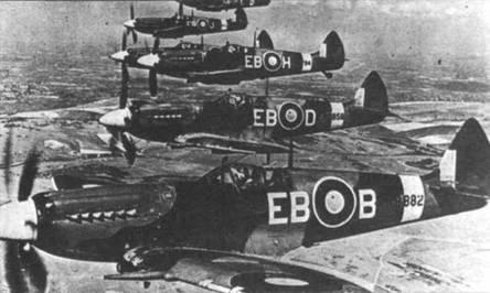 В полете «Спитфайры» Mk XII из 41-й эскадрильи. Mk XII стал переходным типом к следующей базовой модели — Mk XIV. Всего две эскадрильи получили на вооружение «Спитфайры» Mk XII.
