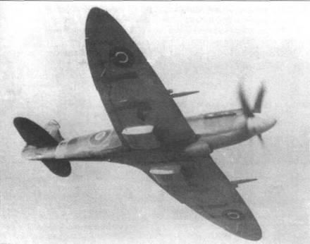 Один из первых серийных «Спитфайров XIV» (RB146), начало 1944 года. Самолет имеет прозрачные крышки на пустых пулеметных отсеках.