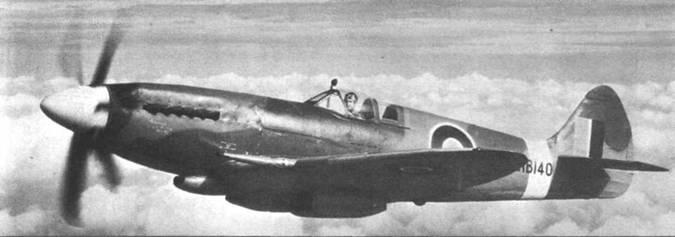 Первый серийный «Спитфайр» FR Мк XIVc (RB140) в испытательном полете. На самолете установлено крыло типа «с» и остроконечный руль направления. Позже истребители 14-й модели выпускались со срезанными гаргротами и каплеобразными фонарями.