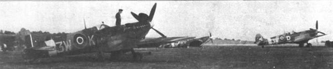 «Голландская» 322-я эскадрилья формировалась в Хорнчарче в июне 1943г., ее ядром послужил личный состав 167-й эскадрильи. 31 декабря 1944г. эскадрилья перебазировалась на освобожденную территорию Нидерландов. Сначала эскадрилья базировалась в Вюнсдрехте (именно здесь скорее всего сделана фотография). На снимке — «Спитфайр» Mk IX из 322-й эскадрильи.