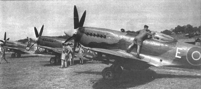 Три «Спитфайра», Малайя, операция «Firedog». В кампании против партизан принимали участие оснащенные «Спитфайрами» Mk XVIII 81-я, 28-я и 60-я эскадрильи RAF. Снимок подготовки «Спитфайров» к рутинному боевому вычету на Куала-Лумпур сделан 15 июля 1948г.