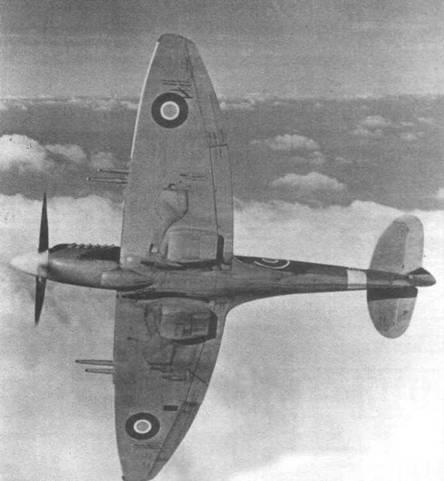 Второй серийный «Спитфайр 21» (LA188). Виден новый силуэт крыла без остроконечных законцовок. Такое крыло стало стандартом в последующих модификациях. Узкая диагональная тень на закрылке левого крыла — тень от штыревой антенны IFF.