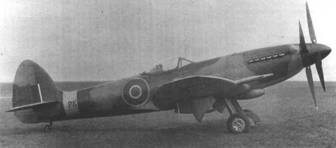 РК664 был одним из немногочисленных «Спитфайров 22», оснащенных встречным винтом. На этом самолете виден окончательный вариант киля, разработанного для «Спайтфула», но применявшегося на Мк.22 и 24.