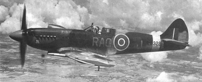 В полете «Спитфайр» F.21 (LA328) из 600-й эскадрильи (County of London), конец 40-х годов. В конце 40-х годов в выходные дни практиковались показательные полеты «Спитфайров» и иных самолетов-ветеранов праздной публике.