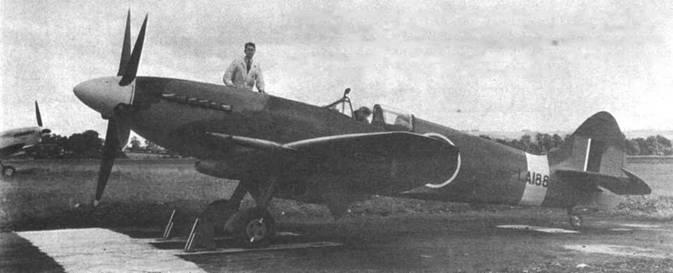 Стоящий на земле «Спитфайр» Мк 21 (LA188) легко спутать со «Спитфайром» MkXlV. Основное различие самолетов двух моделей — крыло. Крыло 21-го «Спитфайра» имело законцовки иной формы. В новом крыле стояло четыре пушки, были добавлены внешние створки ниш основных опор шасси, увеличена площадь подкрыльевых радиаторов.