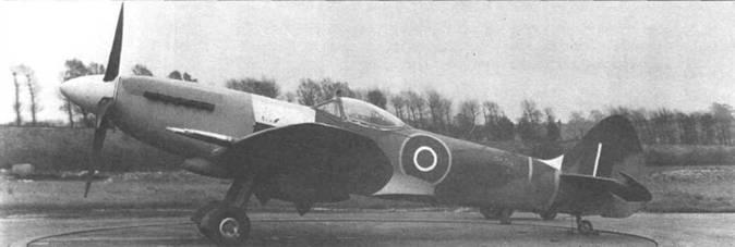Один из прототипов «Спитфайра» F.21 (SX549). На снимке неплохо видны некоторые особенности нового крыла. Серийный номер на фюзеляже написан мелом.