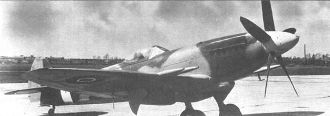 Снимок новенького «Спитфайра» Mk 22. Хорошо видны внешние створки ниш основных опор шасси и крыльевые пушки. Каплеобразный фонарь аналогичен использовавшимся на истребителях «Спитфайр» Mk XVI, Mk XVI и Mk XVIII.