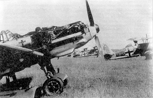 Bf 109Е из I./JG 1 делят летное поле со штурмовиками Hs 123 гауптмана Вейса из II./LG 2