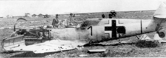 Сбитый самолет Дитриха Робицша на голландском аэродроме Де Коой. Личная надпись пилота на фюзеляже – «Der Alte», что значит «старик».
