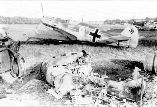 Bf 109Е из II./ 53 на одном из аэродромов во Франции, май 1940 г. На переднем плане – по-видимому, останки бельгийского Фэйри «Фокс».