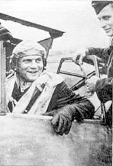 Командир II./JG 53 гауптман Гейнц Бретниц в кабине своего самолета. Хорошо видны Рыцарский Крест пилота, спасательный жилет и желтый нашлемник, позволявший быстро заметить севшего на вынужденную посадку летчика.