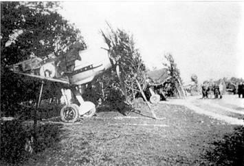 Эмблема 8./JG 51 в виде красной изогнувшейся кошки была очень похожа на свою черную сестру из 4./JG 52. Командир 8./JG 51 оберлейтенант Иоханнес Стейнхоф окончил войну, имя на своем счету 176 побед. Он был серьезно травмирован во время неудачного взлета на <a href='https://arsenal-info.ru/b/book/1125763788/3' target='_blank'>Me 262</a> 18 апреля 1945 г.