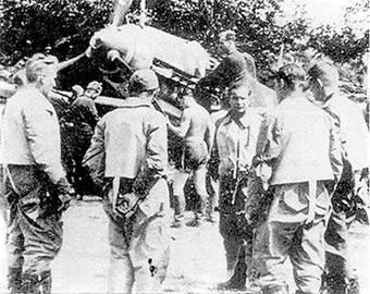 Комэск 6./JG 51 оберлейтенант Иозеф Приллер инструктирует своих подчиненных перед вылетом. Крайний справа – Герберт Хупперц – был посмертно награжден Дубовыми Листьями после его гибели в бою с Р-47 над Нормандлией. К тому времени он был командиром дивизиона III./JG 2.