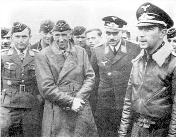 Группа офицеров: справа – Вернер Мельдерс -уже командир JG 51, слева – гауптман Вальтер Оесау – командир III./JG 51, в центре в кожаном пальто – ас 1-й Мировой войны «дядюшка Тео» Остеркампф.