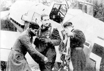 22 августа майор Адольф Галланд был назначен командиром полка JG 26. На снимке слева он описывает механику вылет, из которого только что вернулся, справа он заснят со своей знаменитой сигарой.