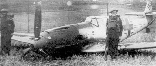 Сбитый над Англией Bf 109Е-3 унтерофицера Хорста Переца bp 4./JG 26. На киле самолета имеются пять отметок о победах, которые остались от прежнего «хозяина» самолета командира 4./JG 26 гауптмана Карла Эбенхаузена. Этот «Мессершмитт» был отправлен в Канаду и США для пропагандистских целей и вернулся в Британию только 20 лет спустя.
